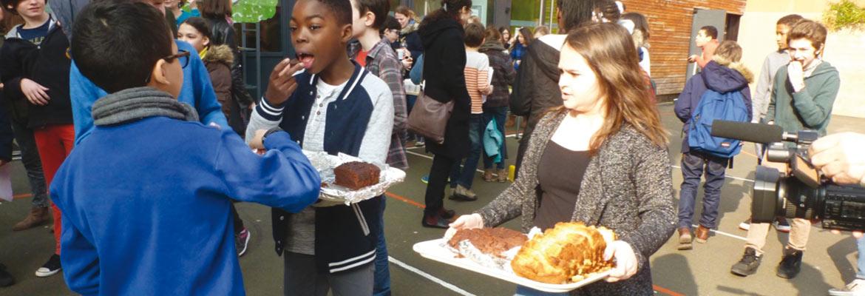 Après la séance de contes, les élèves partagent les gâteaux qu'ils ont préparés pour l'occasion