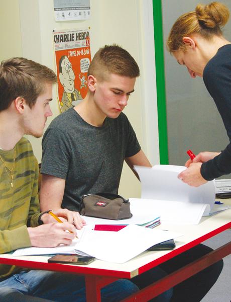 Isabelle Petitprez, professeur d'histoire-géographie, donne un cours aux élèves de la filière ES - © C. Léger