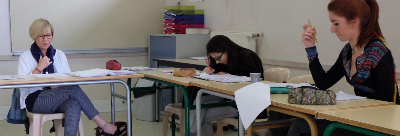 Karine Colinet-Petit, enseignante d'anglais au Microlycée, donne des astuces à Cindy et Marie pour réussir l'épreuve qui les attend au bac