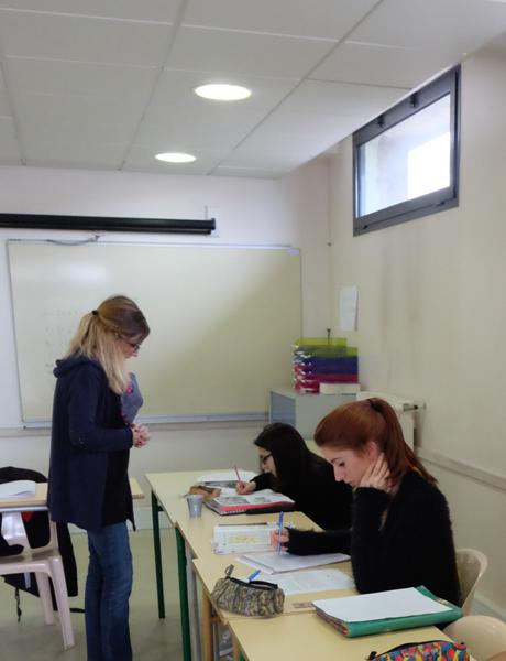 Sandra Bribet, coordinatrice du Microlycée, enseigne aussi l'histoire-géographie à Cindy et Marie, en raccrochage scolaire