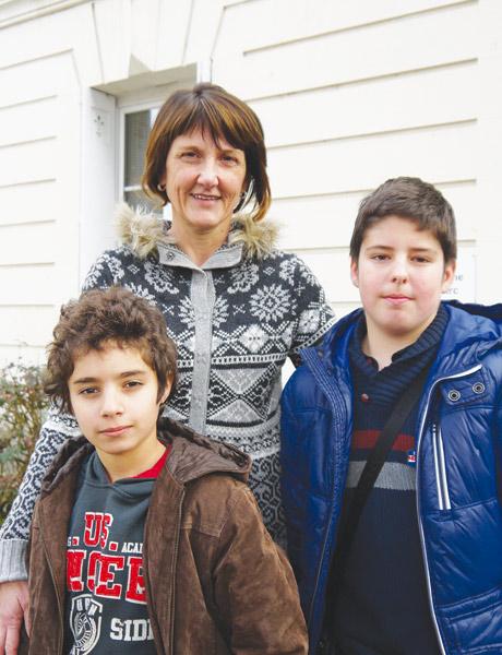 À Tours, Joëlle Rubert, professeur principal de la classe passerelle, avec deux élèves, Noam et Xavier - © M. Broussous