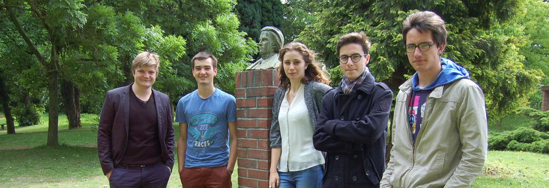Une partie de l'équipe du BDE dans la cour du lycée Ozanam