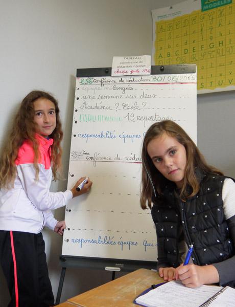 Deux élèves de CM1 préparant la première conférence de rédaction de l'année scolaire.