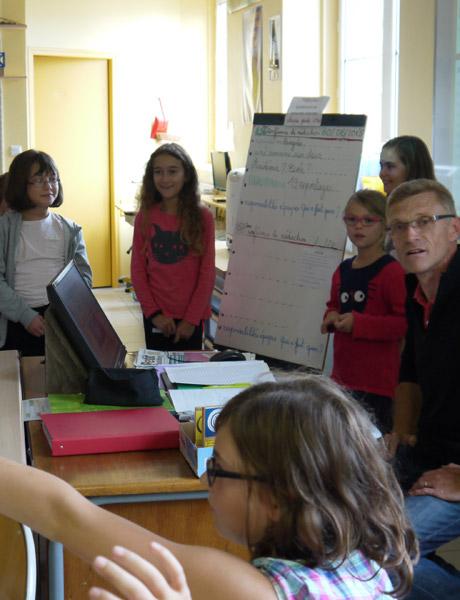 Gaëtan Després et les élèves pendant la conférence de rédaction.