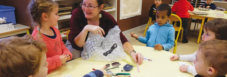 Christelle Dupuis anime une séance découverte avec des élèves de toute petite section.