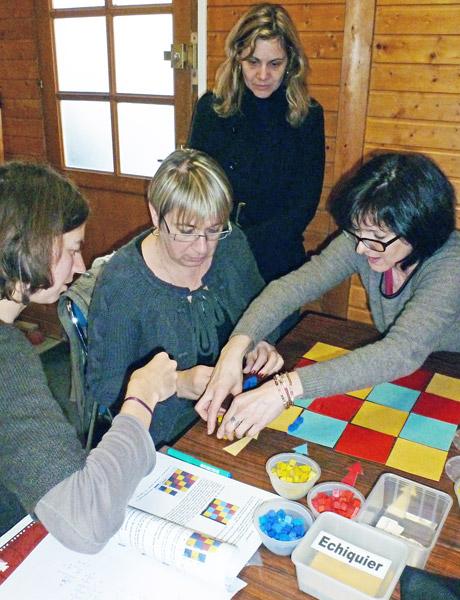 Les enseignants s'approprient en petits groupes l'outil de l'échiquier conçu par le père Faure pour comprendre la mécanique opératoire.