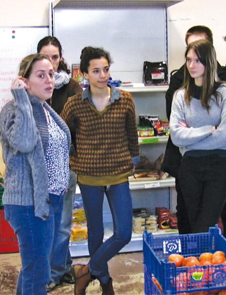 Les élèves en visite à l'épicerie sociale de Viry-Châtillon.