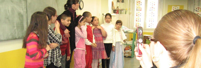 L'équipe de saint Théodore de Marseille, invite régulièrement les parents dans les classes et engager le dialogue, comme ici lors d'un représentation théâtrale.