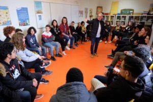 Jean-Michel Dunand, initiateur de l'Agora, passe la parole aux jeunes. ©NFS